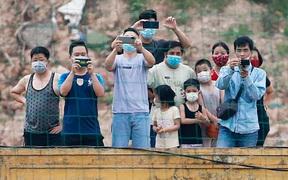 """Tuyển Việt Nam """"vỡ"""" kế hoạch tập kín vì những khán giả không mời mà đến"""