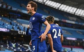 Aguero đá hỏng phạt đền, Man City thua ngược Chelsea