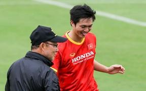 Tuấn Anh biểu cảm đáng yêu khi được HLV Park Hang-seo quan tâm