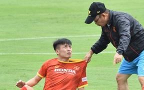 """Bùi Tiến Dũng nhăn nhó khi bị HLV Park Hang-seo """"lôi cổ"""", tách khỏi nhóm với Đình Trọng"""