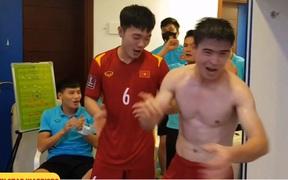 Tuyển Việt Nam ăn mừng cực sung trong phòng thay đồ sau trận thắng Malaysia