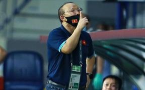 """HLV Park Hang-seo ra dấu """"im miệng"""" cực gắt với đối thủ, nhưng kịp làm hòa bằng biểu cảm đáng yêu"""