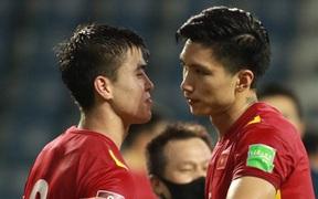 Tuyển Việt Nam trao nhau những cái ôm thắm thiết sau trận thắng Malaysia