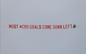Chịu chơi như CĐV Anh, thuê hẳn máy bay mách nước cho HLV Southgate đánh bại ĐT Croatia