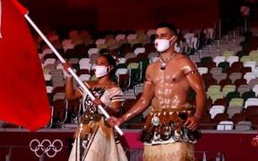 VĐV người Tonga cởi trần khoe body cơ bắp khi cầm cờ dẫn đoàn tại lễ khai mạc Olympic 2020