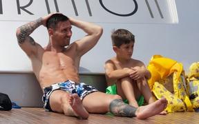 Chưa vội gia hạn hợp đồng, Messi rủ Suarez đi xả hơi trước thềm mùa giải mới
