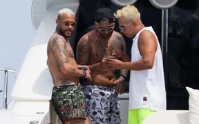 Neymar lộ bụng mỡ khi cặp kè với người yêu cũ trên du thuyền hạng sang