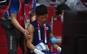 Võ sĩ Nhật Bản phải rời khỏi sàn đấu trên xe lăn sau chiến thắng gây tranh cãi tại Olympic Tokyo