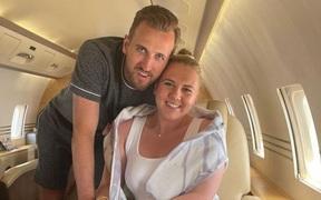 """Phớt lờ Tottenham, Harry Kane đưa vợ """"đi trốn"""" dài ngày ở biển Caribe"""