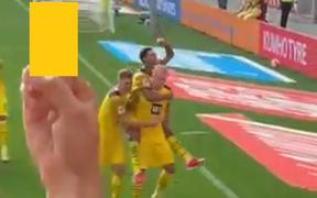 Haaland bị fan Leverkusen giơ ngón giữa khi ăn mừng bàn thắng