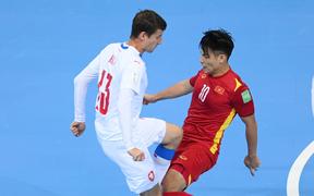 HLV Phạm Minh Giang khen ngợi Vũ Đức Tùng đã lăn xả tranh chấp trong trận hòa 1-1 trước CH Czech
