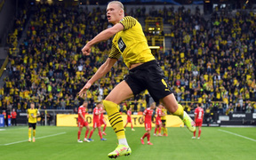 Siêu tiền đạo Haaland lập cú đúp đẳng cấp giúp Dortmund thắng hú vía