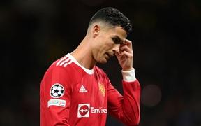 Matic chuyền quá mạnh, Ronaldo chỉ đứng im trách đồng đội, còn Cavani lao như thiêu thân về phía bóng