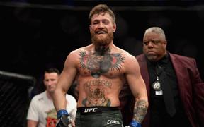 """Trước khi bị khóa suýt chết, """"Gã điên"""" McGregor được trọng tài bỏ qua hàng loạt hành động phạm quy"""