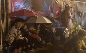 Người dân đội mưa, vạ vật thâu đêm xếp hàng mua vé xem trận Việt Nam - Malaysia tại AFF Cup 2018