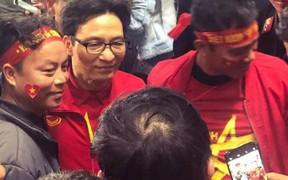 Phó Thủ tướng Vũ Đức Đam chung vui, thoải mái chụp hình cùng người hâm mộ mừng Việt Nam vô địch AFF Cup