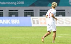 Văn Toàn không kịp mang giày, chạy chân đất vào sân ăn mừng chiến thắng
