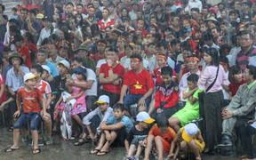 NHM tại quê nhà Văn Toàn đội mưa cổ vũ cho đội tuyển Olympic Việt Nam