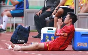 Khoảnh khắc xúc động: Đội trưởng Văn Quyết chắp tay cầu nguyện cho các đồng đội