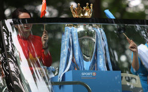Chiếc Cup vô địch danh giá của giải Ngoại Hạng Anh diễu hành trên đường phố Hà Nội