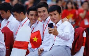 Duy Mạnh, Văn Hậu, Văn Lợi vui vẻ selfie trong gala vinh danh VĐV thể thao Việt Nam