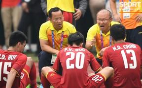 """Chuyện """"vạ miệng"""": Từ trợ lý ngôn ngữ của ông Park Hang Seo đến cấp dưới của HLV Guus Hiddink"""