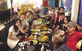 """Quang Hải, Tiến Dũng tụ tập """"ăn nhậu"""", Chinh """"bún chả"""" đi ăn món khoái khẩu cùng Văn Hậu và Đức Huy"""
