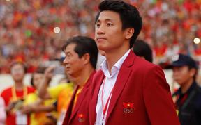 """Báo Hàn """"choáng"""" trước cảnh hàng nghìn người đội mưa chào đón Olympic Việt Nam"""