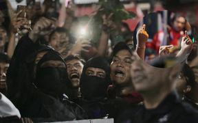 """Đám đông fan Indonesia gào thét, giơ """"ngón tay thối"""" yêu cầu sa thải HLV Simon sau trận thua ĐT Việt Nam"""