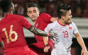 """Quang Hải bị đội bạn kéo cổ, Đức Huy nắn gân """"Messi Indonesia"""" trong trận thắng của tuyển Việt Nam"""