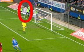 Hy hữu: Không vào sân thi đấu, cầu thủ vẫn khiến đội nhà thủng lưới