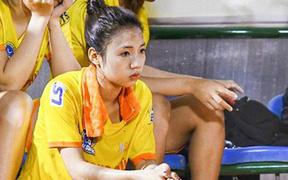 Hotgirl bóng đá Việt thất thần sau khi đội nhà để tuột mất huy chương tại giải nữ VĐQG