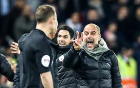 HLV Man City trợn mắt, trút cơn thịnh nộ vào trọng tài khi cầu thủ Liverpool để bóng chạm tay rõ ràng mà không bị phạt đền