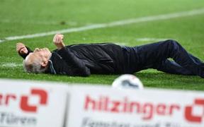 Cầu thủ Đức húc HLV đối thủ nằm ngã sóng soài trên sân, châm ngòi cho cuộc ẩu đả dữ dội