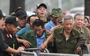 """Người hâm mộ """"đặc biệt"""" xô đổ hàng rào an ninh, tranh nhau mua vé trận Việt Nam đấu UAE tại Vòng loại World Cup 2022"""