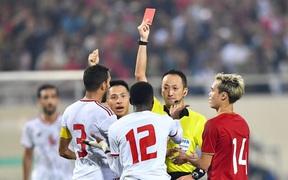 """Info vị """"vua áo đen"""" đẹp trai đến từ Nhật Bản, người thẳng tay rút thẻ đỏ cho hậu vệ UAE sau pha phạm lỗi nguy hiểm"""
