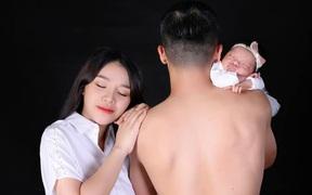 Vợ Bùi Tiến Dũng đưa mẹ chồng đi làm đẹp, khoe ảnh gia đình bình yên trước giờ đại chiến tuyển Thái Lan