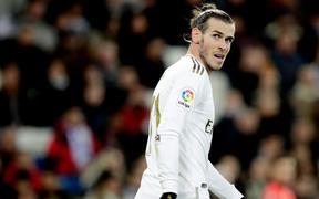 """Cầu thủ đắt nhất lịch sử Real Madrid bị fan đội nhà la ó thậm tệ, trưng biểu ngữ """"troll ngược"""""""