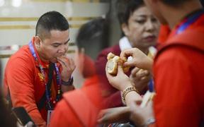 """""""Vỡ trận"""" tại sân bay Manila: Đoàn thể thao Việt Nam phải ăn bánh mỳ cầm hơi, chờ đợi hơn 3 tiếng đồng hồ mới có xe đưa về điểm tập kết"""