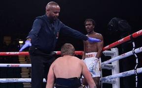Con trai huyền thoại boxing thể hiện phong độ hủy diệt trong ngày ra mắt nhưng trọng tài lại chiếm spotlight vì quyết định dừng trận đấu gây sốc