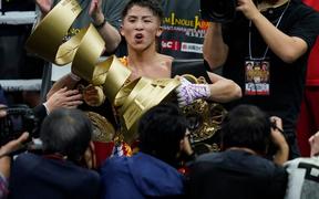 """""""Quái vật"""" Naoya Inoue đánh bại đối thủ nặng ký người Philippines, chính thức thống trị tại hạng gà của quyền Anh thế giới"""