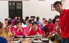 Kình ngư Huy Hoàng đem tiền thưởng SEA Games 30 giúp đỡ trẻ khuyết tật, trẻ mồ côi ở quê nhà: Vì một cái Tết ấm áp hơn