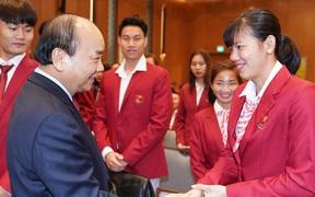 """Thủ tướng Nguyễn Xuân Phúc: """"Không để vận động viên phải đi bán bánh mì, làm móng chân"""""""