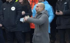 Bỏ lỡ cơ hội ngon ăn một cách khó tin, Aguero nhận một lạy từ HLV Pep Guardiola