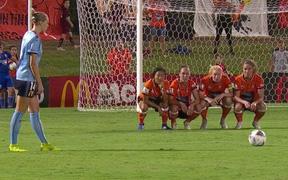 Chuyên gia đá phạt cũng hoang mang tột độ vì chiến thuật xếp hàng rào cực dị của đội bóng nữ Australia