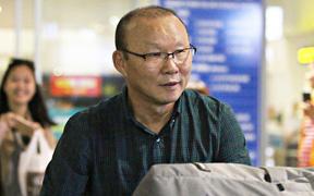 HLV Park Hang-seo rời khỏi sân bay vội vã ngay sau khi đặt chân đến Hà Nội