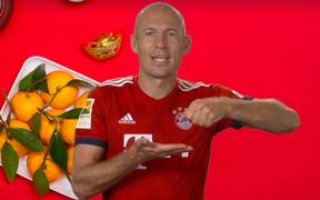 """Tiền vệ xuất sắc bậc nhất lịch sử bóng đá Hà Lan nói """"Chúc mừng năm mới"""" bằng tiếng Việt ngọng nghịu"""
