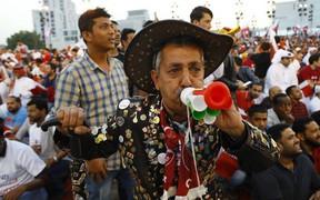 Chuyện kỳ lạ ở Asian Cup 2019: Đến UAE cổ vũ bóng đá, một fan bị bắt vì mặc áo Qatar