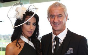Bỏ vợ, huyền thoại Liverpool đính hôn với ca sĩ có thân hình bốc lửa kém 22 tuổi