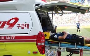 Đồng đội của Công Phượng gặp chấn thương cổ kinh hoàng, lập tức bất tỉnh và phải chuyển khẩn cấp tới bệnh viện